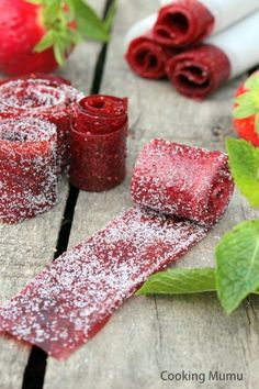 Strawberry leather, the natural sweet - cuisine - Raw Food Recipes Candy Recipes, Raw Food Recipes, Sweet Recipes, Dessert Recipes, Natural Candy, Vegan Granola, Desserts With Biscuits, Veggie Chips, Creative Food