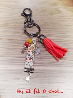 Bijoux de sac pompons - EtfilOchat.over-blog.com Cool Keychains, Cute Keychain, Bead Crafts, Jewelry Crafts, Cricut Monogram, Bag Patterns To Sew, Beaded Purses, Key Pendant, Bijoux Diy