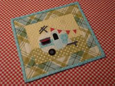 Vintage Camper Mug Rug scrapnchickHappy Camper! Vintage Camper Mug Rug scrapnchick Small Quilts, Mini Quilts, Small Sewing Projects, Sewing Crafts, Diy Projects, Fabric Postcards, Ideas Geniales, Quilted Table Runners, Baby Kind