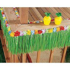Decora el borde de la mesa de tu fiesta hawaiana con flecos verdes y collares de flores. #ideasparafiestas #fiestasdeadultos #fiestahawaiana