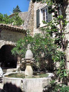 Seguret, fontaine des Mascarons