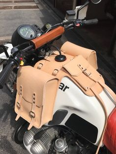 BMW g/s g/s Paris Dakar leather tank bags with documents holder Leather Gifts, Leather Bags Handmade, Leather Craft, Bobber, Bike Leathers, Cafe Racer Bikes, R80, Side Bags, Motorcycle Leather