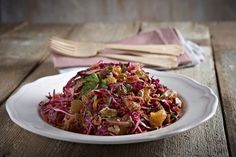 Salad with red cabbage, fig and walnuts Salad Bar, Soup And Salad, Vegetarian Recipes, Cooking Recipes, Healthy Recipes, Cake Roll Recipes, Greek Recipes, Winter Food, Soul Food