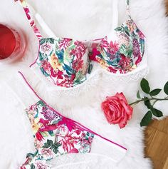 This bra with a summer print has smooth cups and is finished with lace at the bottom. #lingerie #flowers #cute #pink #bra #hunkemöller #wishlist @thestylemartini