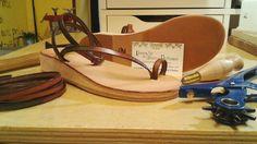 Sandalo in cuoio con zeppa in sughero.