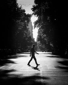 A paso de hombre. #bnw #blackandwhite #blancoynegro #street #streetphoto #buenosaires  #igersbas #hallazgosemanal