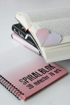 Se DIY-filmen og lærhvordan du kan lave de fineste hjerteformede origami bogmærker. Brug origami papir, gavepapir (undervurderet godt til at lave origami af ;)) eller brug et ark fra de nye fantastiske spiral blokke med ombre effekt.
