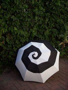 paraguas blanco y negro