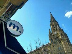 Cielo azul en la Plaza del Buen Pastor