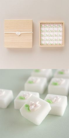 【桐箱入り角砂糖(中川政七商店)】/一つひとつ花が手描きされた角砂糖は、職人の技の結晶です。淡いさくら色の花がお茶の時間に彩りを添えます。 桐箱には、水引き(白のあわじ結び)がかかっています。 #package #weddinggift #gifts