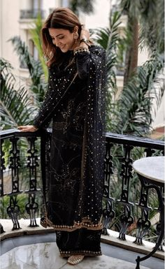 Anushka Sharma In Sabyasachi Mukherjee Black Badla Suit. Pakistani Dress Design, Pakistani Outfits, Black Pakistani Dress, Black Lehenga, Indian Attire, Indian Ethnic Wear, Dress Indian Style, Indian Dresses, Indian Wedding Outfits