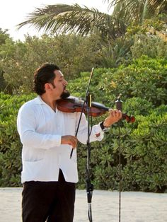 Violinists are available from your dream wedding at Dreams Tulum