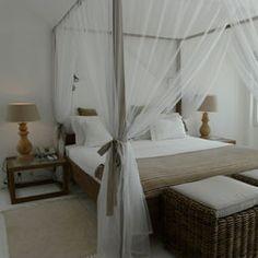 """Beach Front Zimmer Die Zimmer genügen sämtlichen Standards des Hotel und sind alle genau wie die Suiten mit Minibar, Nespresso®-Kaffemaschinen und """"Loud Speaker-Dock"""" für iPod® ausgestattet. Die auf den Ozean hinausgehenden Terrassen vermitteln Ihnen den Eindruck, einen ganz besonderen Moment zu erleben, da die unmittelbare Nähe zum Meer wirklich einmalig auf Mauritius ist.  Ab 165 € pro Person und Nacht mit Halbpension, 70 € pro Kind von 12 bis 18 Jahre.  """"All Inclusive"""" ist…"""