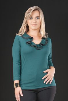 Blusa em viscolycra com gola em babado jabô verde.    Muito charmosa!