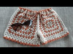SHORT SQUARE EM CROCHÊ | Passo a Passo - YouTube Crochet Shorts Pattern, Crochet Pants, Crochet Geek, Crochet Shawl, Crochet Clothes, Knit Crochet, Short Tejidos, Short Bebe, Bikinis Crochet