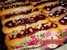 Εκλέρ (éclairs) με κρέμα βανίλια, μπισκότα σαβουαγιάρ (savoyards) και επικάλυψη μαύρης σοκολάτας – ΓΛΥΚΕΣ ΔΙΑΔΡΟΜΕΣ Hot Dog Buns, Hot Dogs, Sweet Pastries, Eclairs, Bread, Food, Sweets, Brot, Essen
