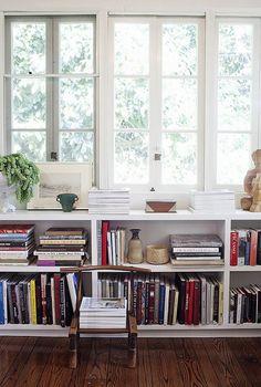 Bibliotecas bajo las ventanas. Muebles bajo ventana.