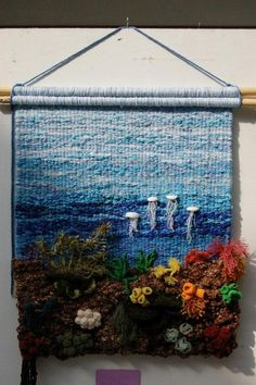 Tapestry The jellyfish make it! Weaving Textiles, Weaving Art, Weaving Patterns, Tapestry Weaving, Loom Weaving, Hand Weaving, Crochet Crafts, Yarn Crafts, Diy And Crafts