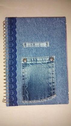 Caderno pequeno em jeans e renda, bolso e passante para guardar canetas.