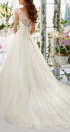Elegant wedding dress. Forget about the bridegroom, for the present time lets focus on the bride who views the wedding ceremony as the very best day of her lifetime. With this reality, then it is certain that the wedding dress must be the best.