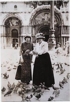 Alice B. Toklas & Gertrude Stein in Piazza San Marco, Venice, circa 1908 Mary Shelley, Vintage Photographs, Vintage Photos, Henri Cartier, Vintage Lesbian, Alice, Wild Love, Portraits, Famous Women