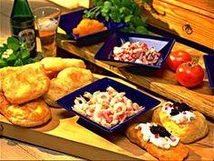 """Langos är friterade avlånga brödkakor vars deg innehåller bl.a potatis. Bröden serveras med olika """"pålägg"""", t ex lätt creme fraiche, lök, räkor, kaviar och stark korv. Langos kommer ursprungligen från Ungern. Så här gör du dem!"""