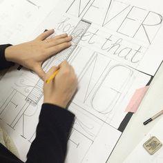 Hard werken tijdens de #workshop #chalkboard bij @vanonzetafel ! www.vanonzetafel.nl