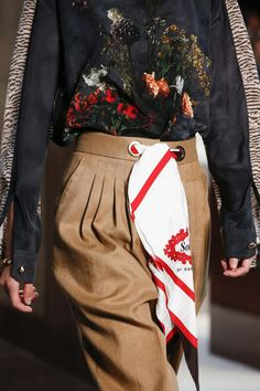 Burberry Spring 2019 Ready-to-Wear Fashion Show Details: See detail photos for Burberry Spring 2019 Ready-to-Wear collection. Look 34 Fashion Week, Fashion 2017, Fashion Show, Fashion Looks, Womens Fashion, Fashion Edgy, Fashion Hats, Fashion Killa, Fashion Watches