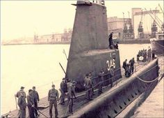 US Navy Sub tied up at Alexandria basin Dublin 1957 Old Images, Old Pictures, Old Photos, Ireland 1916, Dublin Ireland, Us Navy Submarines, Dublin City, Photo Engraving, Republic Of Ireland