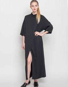 Dr. Denim Coco - ultra dlouhé košilové šaty volnějšího, rovného střihu. Zapínání na knoflíčky v celé přední délce a dvě kapsy na bocích pro maximální pohodlí. Materiál: 100% modal. Bára měří 173 cm a má na sobě velikost S.