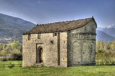 Iglesia de San Juan de Busa (+) - en Huesca  (ARAGON) / Por Lamuga – Flickr / Probablemente, fue iglesia parroquial de un poblado medieval desaparecido. Mandada construir entre 1060 y 1070, es de estilo mozárabe (cristiano hispánico que vivía en territorio musulmán)  o románico lombardo, como el resto de iglesias del Serrablo.