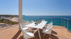 In Villa Mar à Vista - Vila Vita Collection - you enjoy living in your very own beach house with friends and family for up to 11 persons. Algarve, Villa, Infinity Pool, Fine Sand, Outdoor Furniture Sets, Outdoor Decor, Sun Lounger, Beach House, National Parks