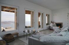 La pièce principale de cette villa côtière a été bâtie avec de nombreuses ouvertures donnant sur la mer