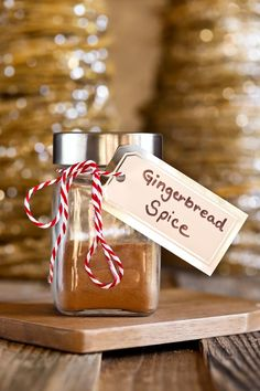 Homemade Gingerbread Spice Mix to use for pancakes, lattes, cakes, breads, cookies or anything you want to give a gingerbread flavor to. Made with just 5 easy spices! via @thevegan8