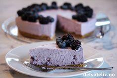Bak skyene er himmelen alltid blå! ♥ Denne ostekake lages med blåbærsyltetøy og blåbærgelé. Kaken får en kul, blå-lilla farge. Smaken er fantastisk! Cheesecake, Cakes, Desserts, Food, Tailgate Desserts, Deserts, Cake Makers, Cheesecakes, Kuchen