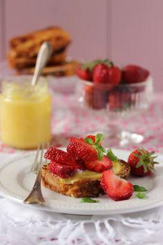 Brioche dorée, lemon curd et fraises au basilic