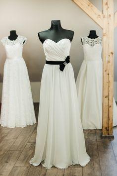 Vestuvinė suknelė su juodu diržu