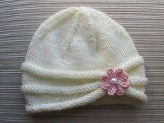 Gorro blanco a dos agujas con flor rosa: