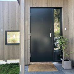 Tønsberg med fastkarm vindu for å slippe inn mye lys! Decoration, Tall Cabinet Storage, Garage Doors, Entryway, New Homes, Villa, Building, Outdoor Decor, Design