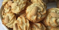 – 99 Cuisine - Gisella P. Petifores Recipe, Icing Recipe, Pavlova, Petit Fours Recipe Easy, Biscotti, Petit Four Icing, Nutella, Yummy World, Macarons