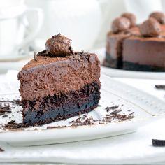 Любите ли вы трюфель, представляющий собой плотный шоколадный ганаш, обычно обваленный в какао или глазированный шоколадом?! Если да, то этот торт определенно для вас! Только представьте... Шоколадный мусс с плотной и нежной текстурой на шоколадной основе, тяжелой и немного тянущейся, украшен шоколадным кремом в виде шариков и покрыт легким слоем горького какао. Корж и мусс, образующее идеальное сочетание, действительно напоминают шоколадный трюфель, представляющий собой в меру мягкий ганаш…