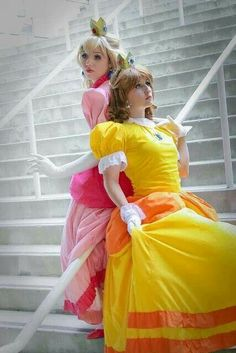 Princess Peach and Daisy Cosplay Mario Cosplay, Cosplay Anime, Epic Cosplay, Cute Cosplay, Cosplay Dress, Amazing Cosplay, Cosplay Outfits, Halloween Cosplay, Cosplay Girls