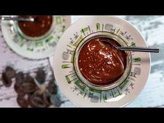 Tähän suklaamousseen tarvitset vain suklaalevyn ja vettä, joten resepti on huomattavasti helpompi kuin useimmat mousse-reseptit, jotka vaativat esimerkiksi sokeria ja kananmunaa.