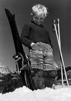 Kind mit Skiern, 1940 ullstein bild - ullstein bild/Timeline Images #Lederhose #Skifahren #Ski #Skiing #Kinder #Nostalgie #Alpen #Junge