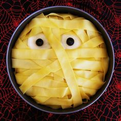 Macarronada para o Halloween. É só substituir o macarrão comum pelo integral. Para os olhos ovos e azeitonas.