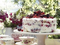 The Berry Ice Cream Cake with Meringue recipe out of our category Dessert! EatSmarter has over healthy & delicious recipes online. Sweet Recipes, Cake Recipes, Dessert Recipes, Kos, Meringue Cake, Ice Cream Desserts, Frozen Desserts, Pavlova, Something Sweet