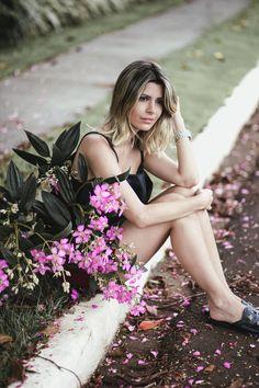 Look do dia Carol Tognon: blusinha e shorts preto com sapato mule