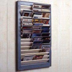 Fensterladen als CD-Regal fürs Kinderzimmer (Cover bleiben sichtbar).