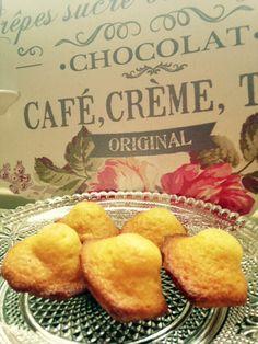 J'ai essayé beaucoup de recettes de madeleines et celle-ci est ma favorite ! Vous ferez des enfants heureux ! Il faut bien laisser votre pâte reposer au frais, et bien préchauffer votre four, c'est le choc thermique qui vous fera une belle bosse :) Pour... Happy Foods, Family Meals, Great Recipes, Cookie Recipes, Catering, Sweet Tooth, Brunch, Food And Drink, Muffins