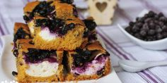Karamelová bublanina s tvarohovými kôpkami a ovocím - Tinkine recepty